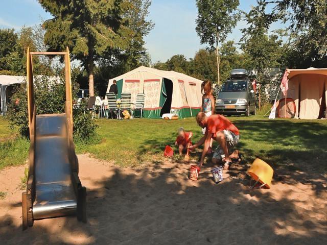 Speeltuin en kampeerveld op vakantiepark De Luttenberg